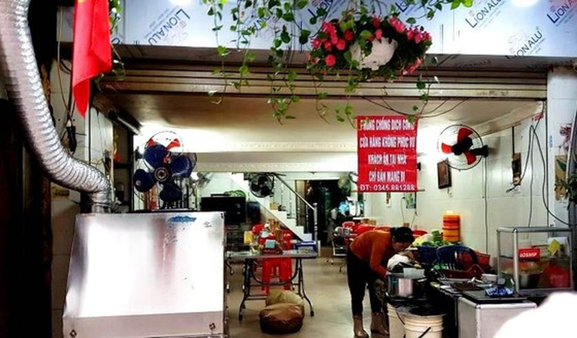 Photos reveal Hanoi as silent city after closure order of sidewalk food stalls ảnh 5