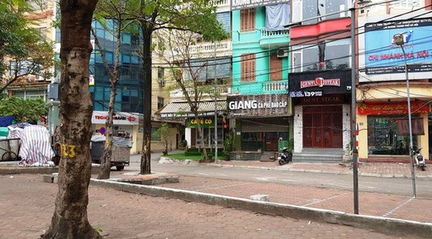 Photos reveal Hanoi as silent city after closure order of sidewalk food stalls ảnh 6