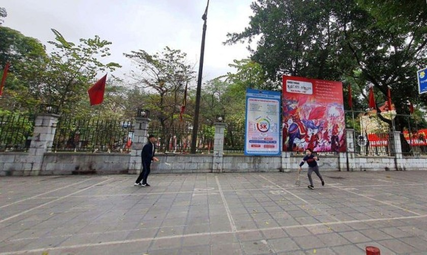 Photos reveal Hanoi as silent city after closure order of sidewalk food stalls ảnh 9
