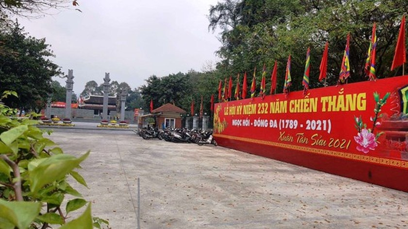 Photos reveal Hanoi as silent city after closure order of sidewalk food stalls ảnh 10