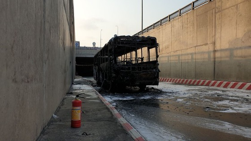 Bus catches fire at HCMC's An Suong tunnel ảnh 4