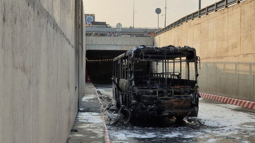 Bus catches fire at HCMC's An Suong tunnel ảnh 3