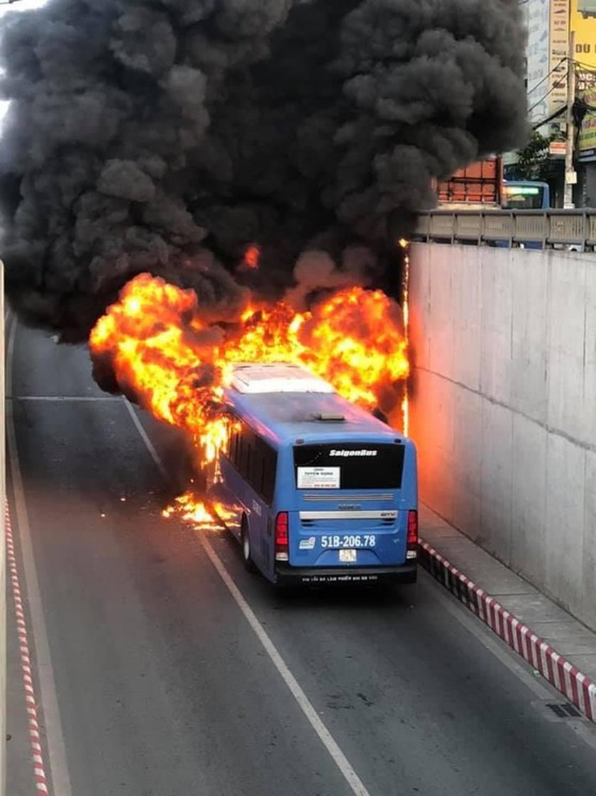 Bus catches fire at HCMC's An Suong tunnel ảnh 1