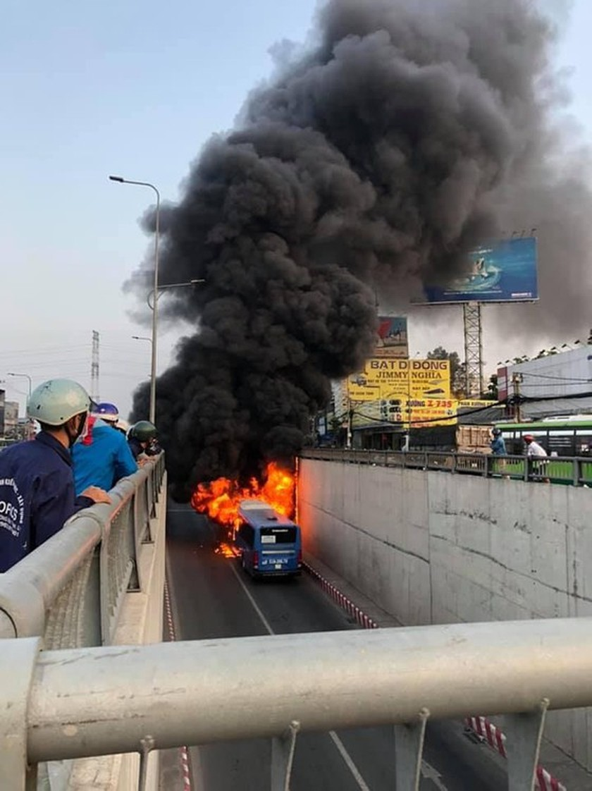 Bus catches fire at HCMC's An Suong tunnel ảnh 2