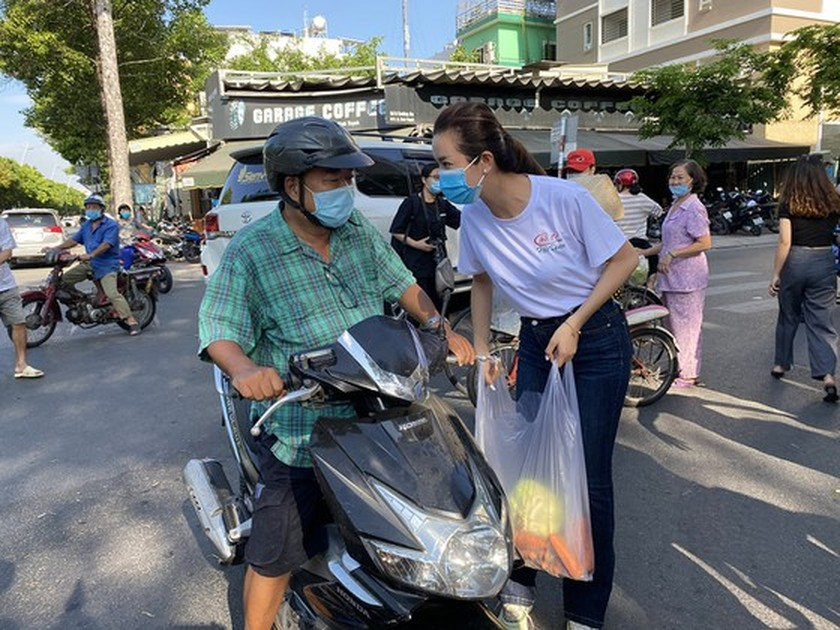 Beauty queens join produce 'rescue' campaign to help farmers in affected area ảnh 5