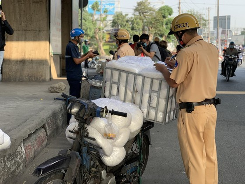 HCMC Police handle, seize hundreds of outdated motor vehicles ảnh 4