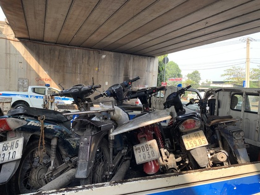 HCMC Police handle, seize hundreds of outdated motor vehicles ảnh 5