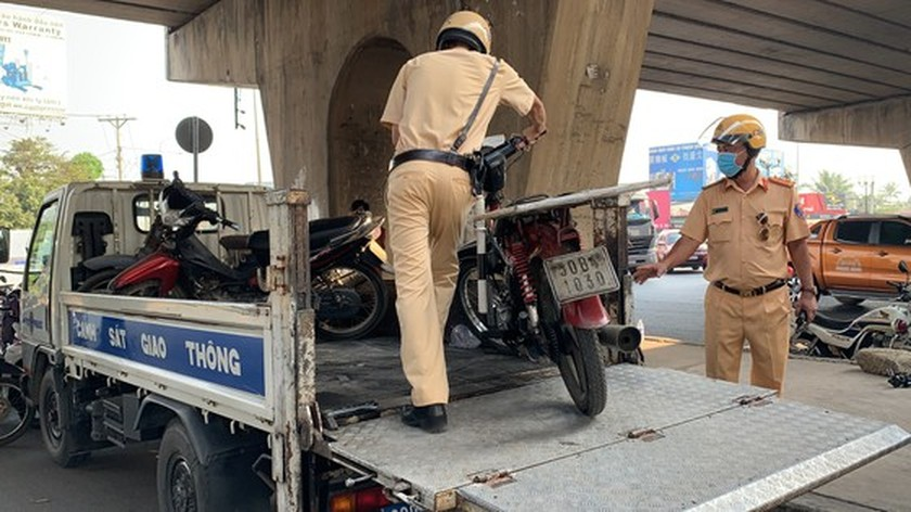 HCMC Police handle, seize hundreds of outdated motor vehicles ảnh 6
