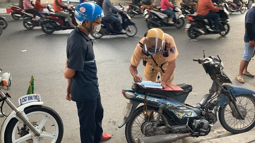 HCMC Police handle, seize hundreds of outdated motor vehicles ảnh 7