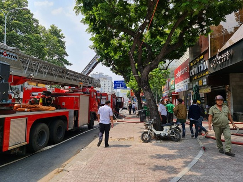 Large fire engulfs house in downtown HCMC ảnh 3
