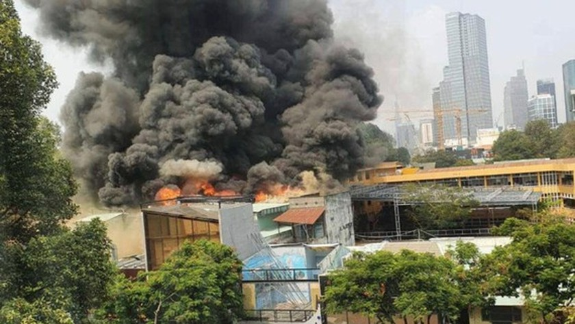 Large fire engulfs house in downtown HCMC ảnh 1