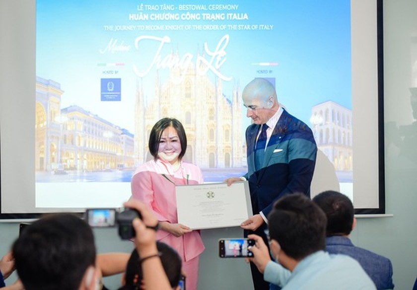 VIFW chairwoman awarded Knighthood of the Order of the Star of Italian ảnh 1