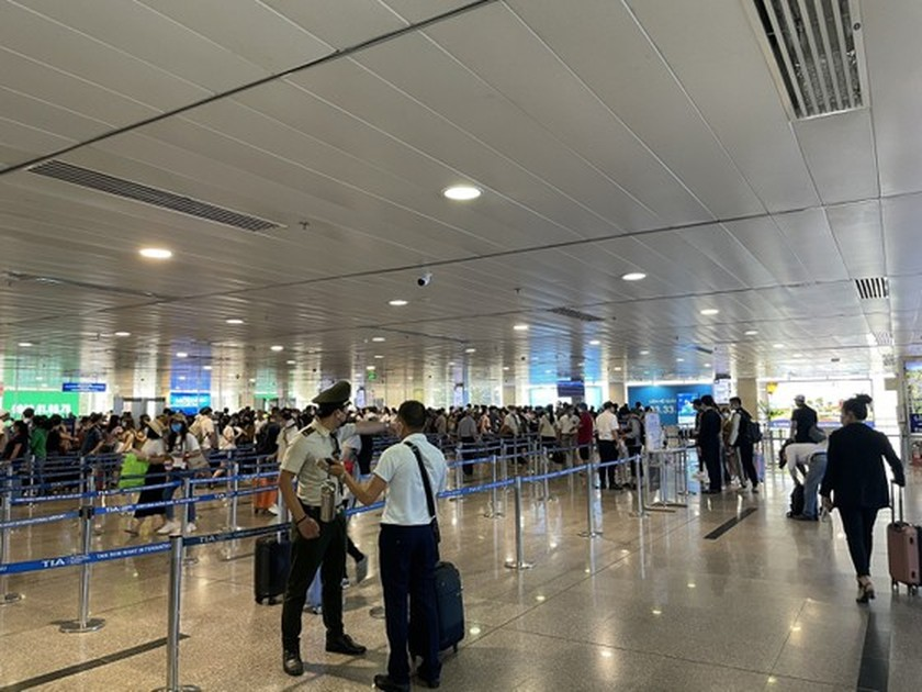 Tan Son Nhat Int'l Airport adds more security machines to reduce congestion ảnh 3
