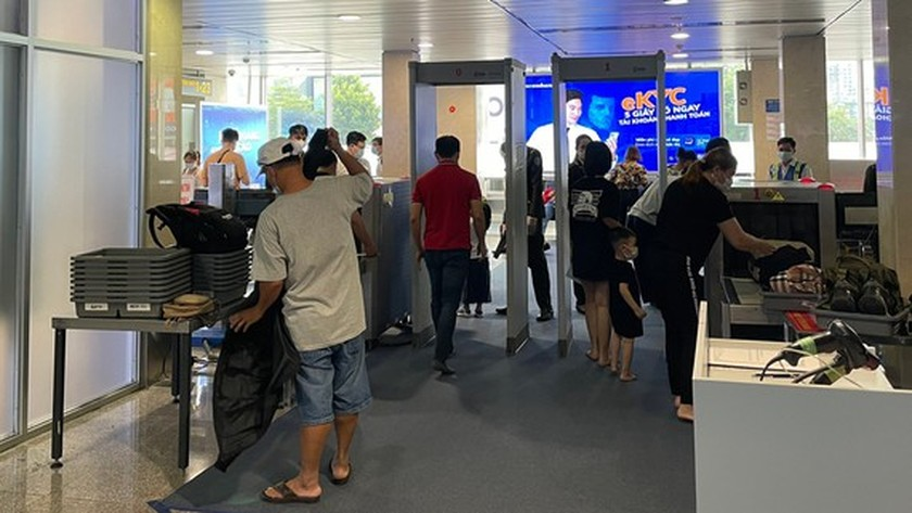 Tan Son Nhat Int'l Airport adds more security machines to reduce congestion ảnh 1