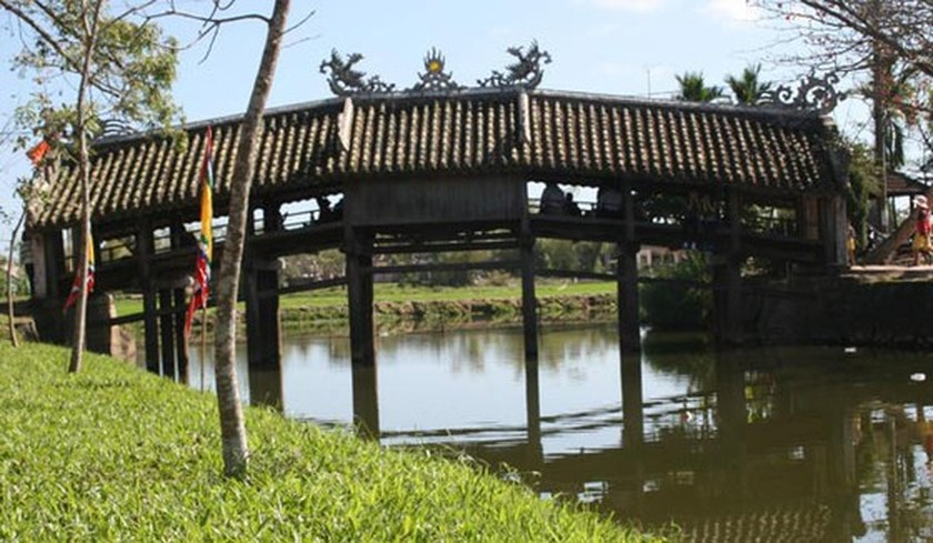 Upgrade project of Hue's cen, turies-old tile- roofed bridge completed ảnh 1