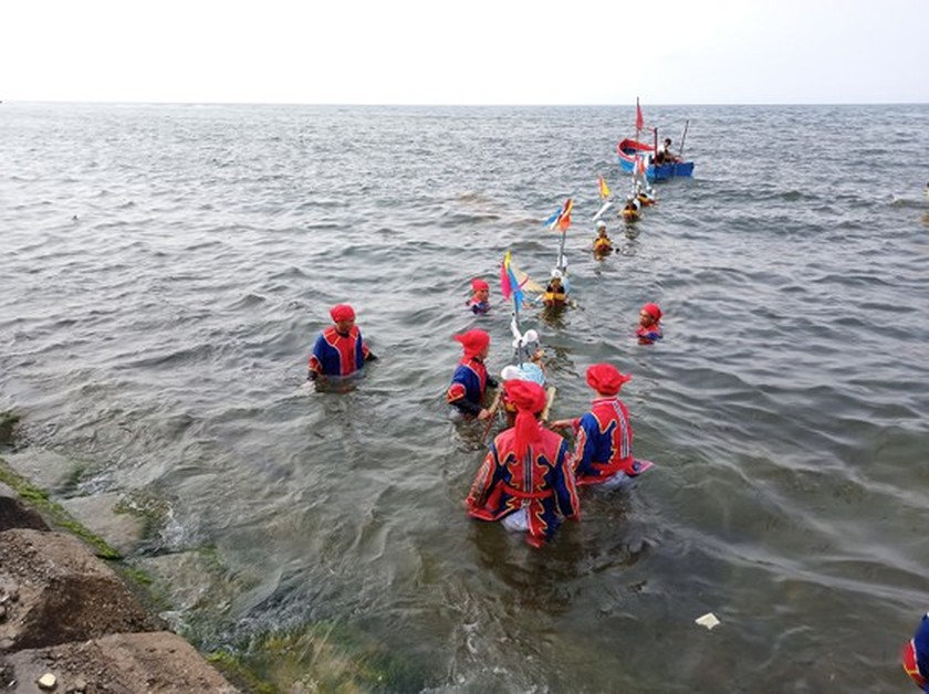 Ly Son island's traditional boat race certified as national intangible cultural  ảnh 16