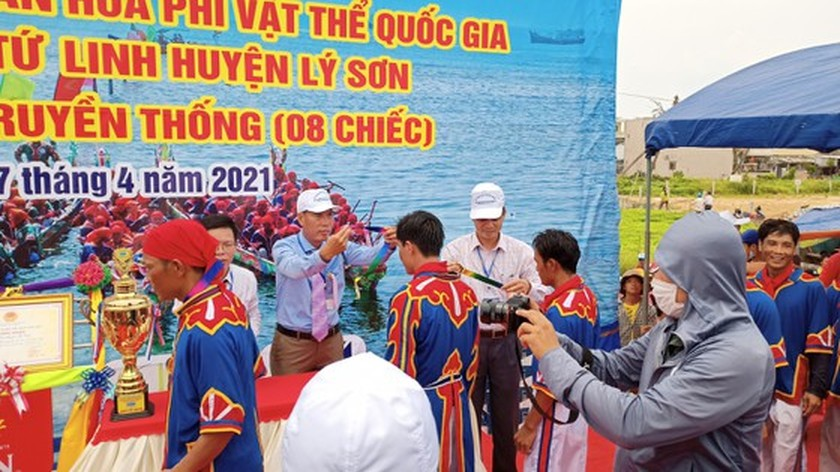 Ly Son island's traditional boat race certified as national intangible cultural  ảnh 4
