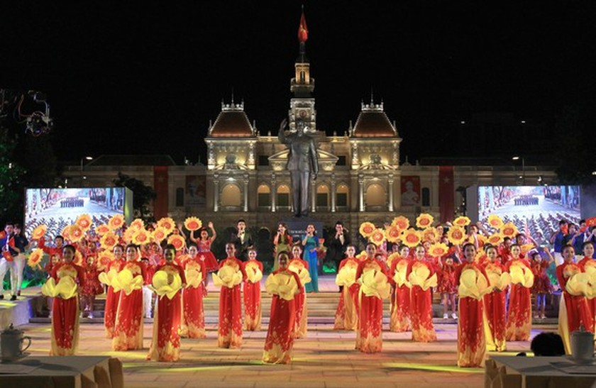 Special art program marks National Reunification Day ảnh 1