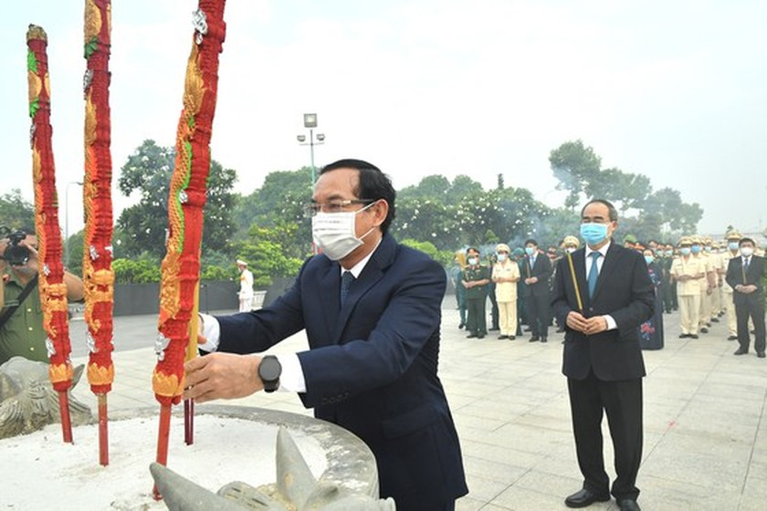 HCMC leaders pay tribute to Uncle Ho, fallen soldiers on national reunification ảnh 3