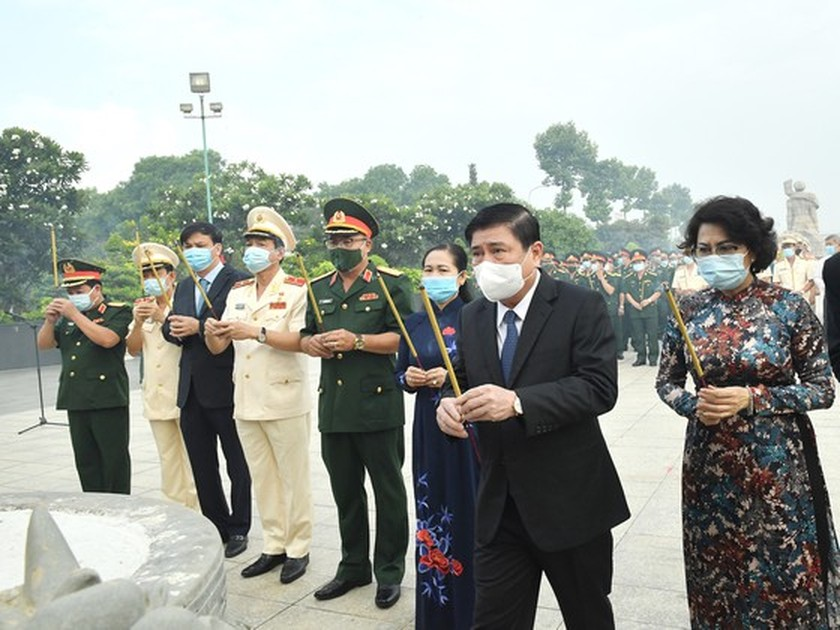 HCMC leaders pay tribute to Uncle Ho, fallen soldiers on national reunification ảnh 4