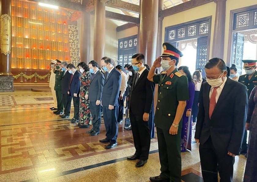 HCMC leaders pay tribute to Uncle Ho, fallen soldiers on national reunification ảnh 8