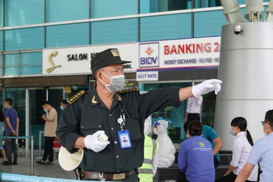 Da Nang Airport starts testing over 2,000 workers ảnh 4