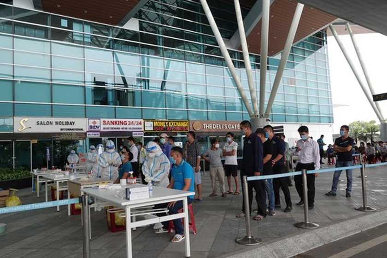 Da Nang Airport starts testing over 2,000 workers ảnh 5