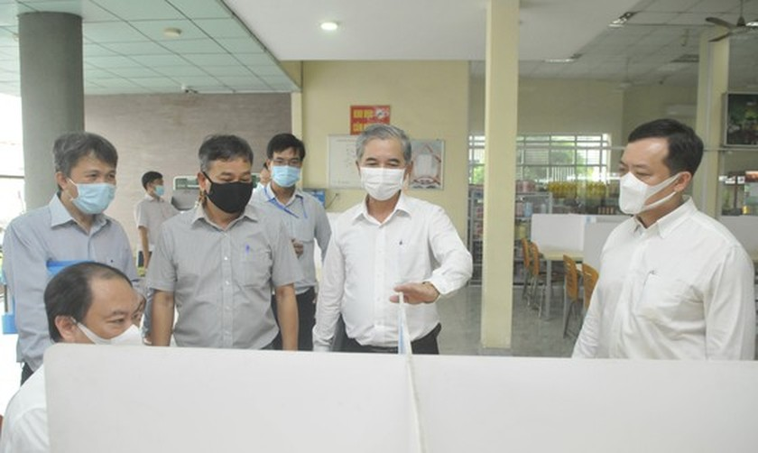HCMC leaders inspect Covid-19 prevention, control work at Cat Lai Port ảnh 4