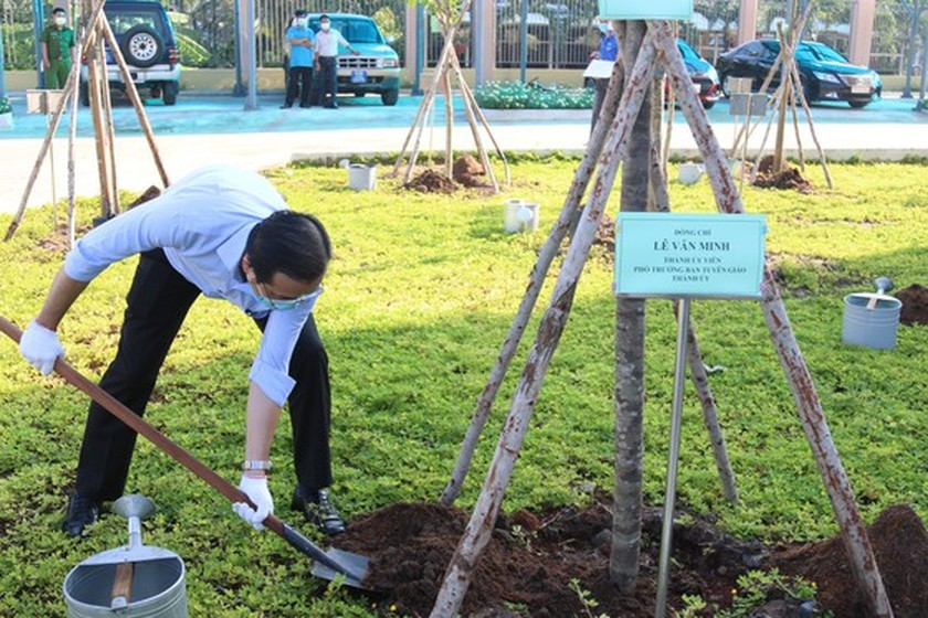 Tree-planting campaign launched in HCMC to mark Uncle Ho's birthday ảnh 2