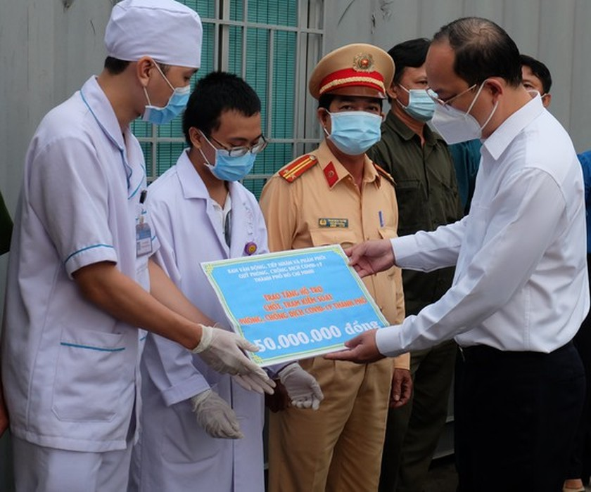 HCMC authorities visit frontline forces in Covid-19 control stations ảnh 1