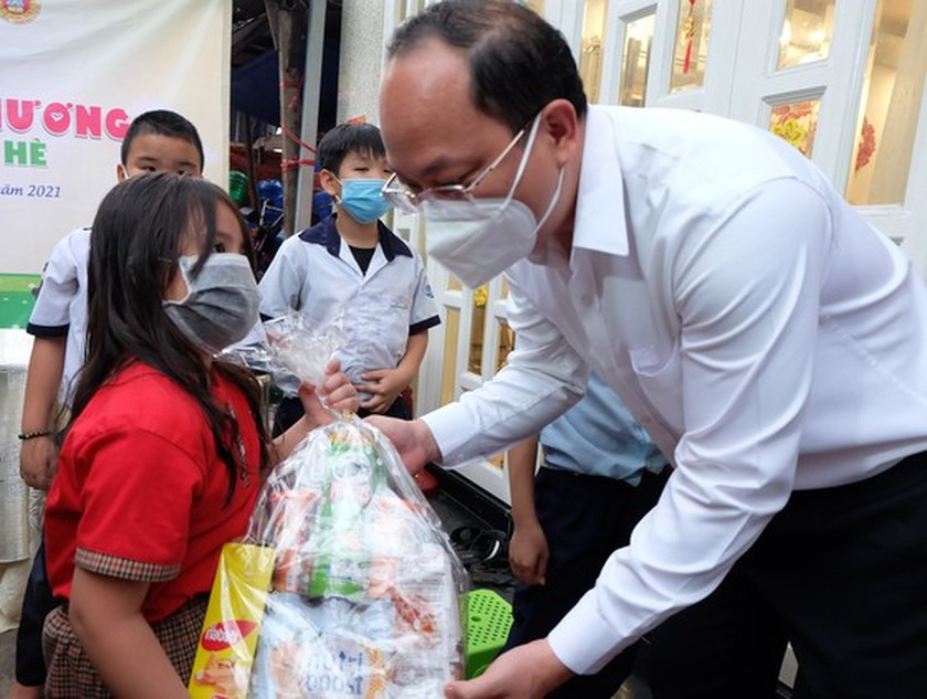 HCMC authorities visit frontline forces in Covid-19 control stations ảnh 3