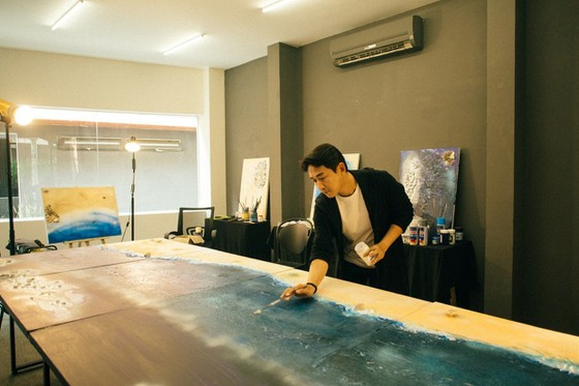 Actor's art exhibition honors sustainable life, helps fight against virus ảnh 1