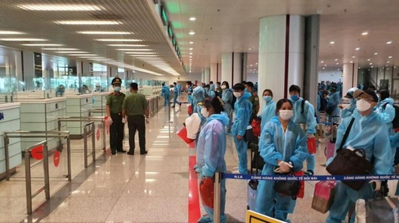 Noi Bai, Tan Son Nhat airports continue receiving foreign arrivals ảnh 1