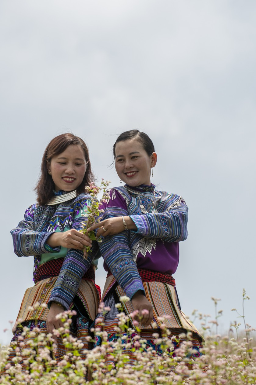 Traditional patterns on Mong Hoa people's costume recognized as heritage ảnh 2