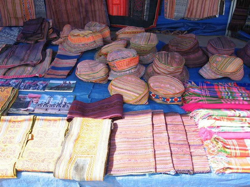 Traditional patterns on Mong Hoa people's costume recognized as heritage ảnh 1