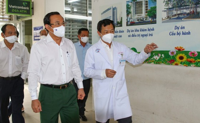 HCMC Party Chief visits police officer infected with Covid-19 ảnh 3