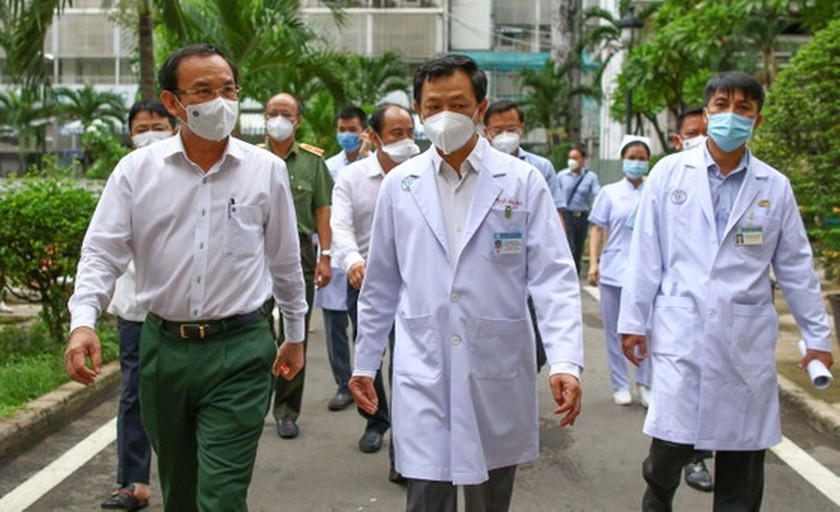 HCMC Party Chief visits police officer infected with Covid-19 ảnh 1