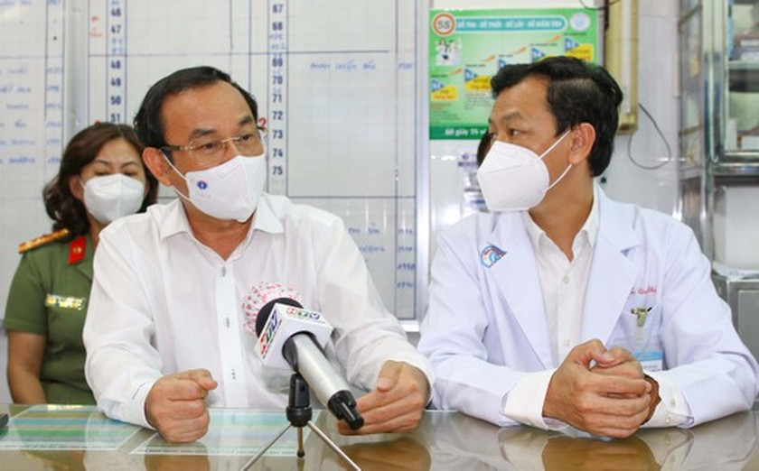 HCMC Party Chief visits police officer infected with Covid-19 ảnh 2