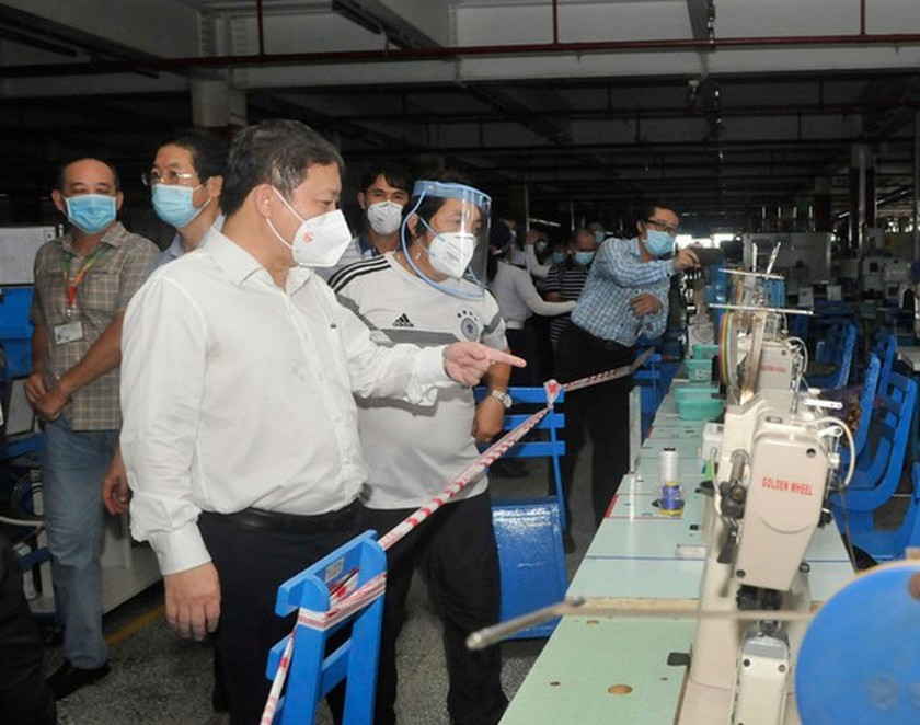 HCMC leaders inspect Covid-19 prevention, control work at PouYuen Company ảnh 4