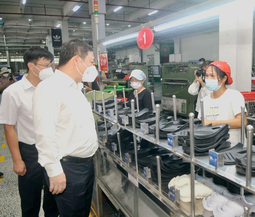 HCMC leaders inspect Covid-19 prevention, control work at PouYuen Company ảnh 3