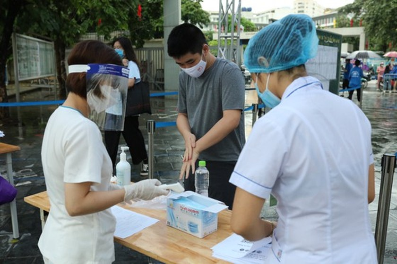 Over 93,000 students enter 10th grade entrance exam in Hanoi ảnh 3