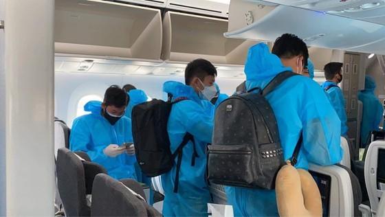 Đội tuyển bóng đá quốc gia Việt Nam trở về TP.HCM, cách ly 7 ngày lúc 2 giờ