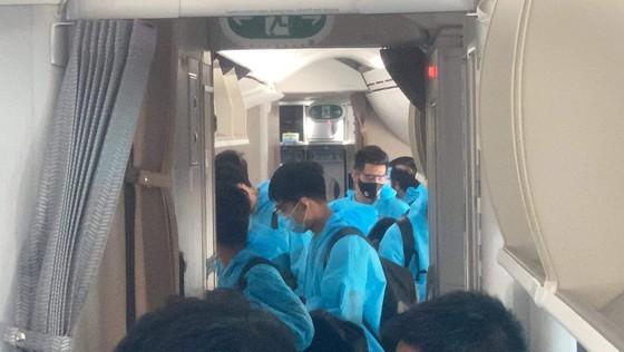 Đội tuyển bóng đá quốc gia Việt Nam trở về TP.HCM, cách ly 7 ngày lúc 3 giờ