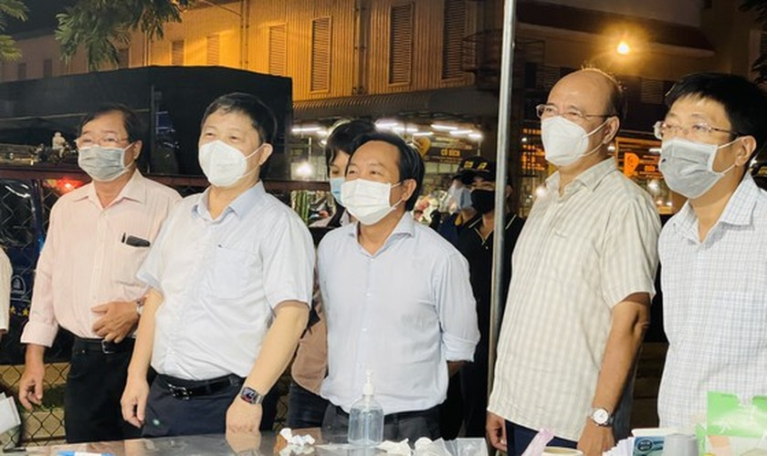 HCMC leader conducts unexpected inspections of Covid-19 prevention works ảnh 10