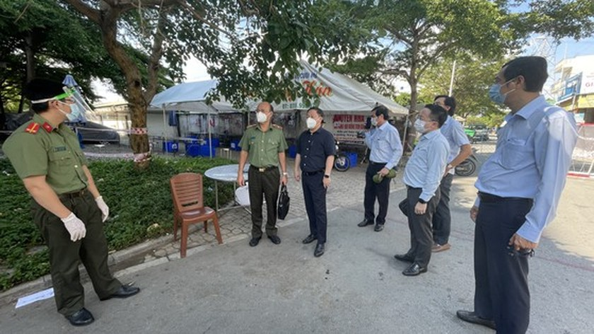 HCMC leader conducts unexpected inspections of Covid-19 prevention works ảnh 2