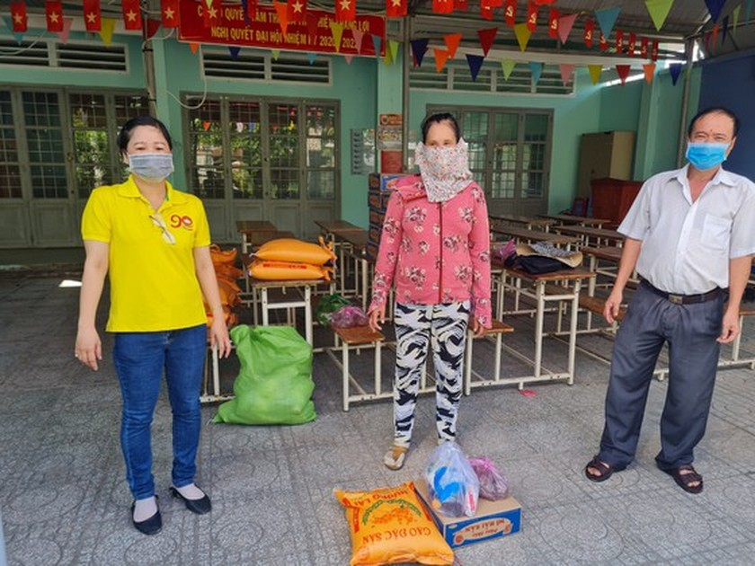 Charitable activities supporting needy people hit by pandemic held citywide ảnh 10