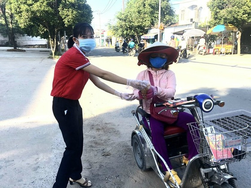 Charitable activities supporting needy people hit by pandemic held citywide ảnh 12