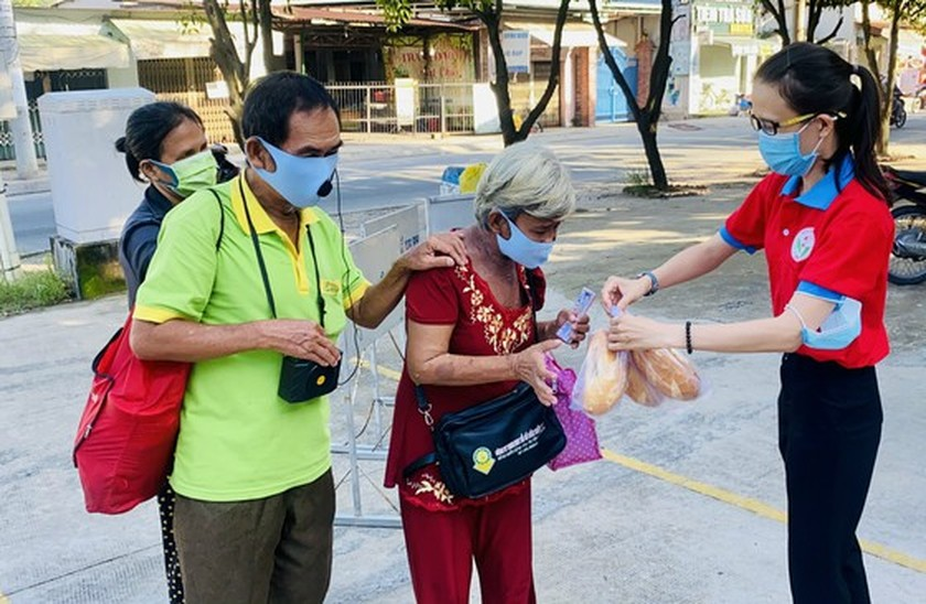 Charitable activities supporting needy people hit by pandemic held citywide ảnh 13