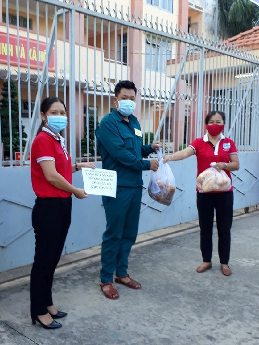 Charitable activities supporting needy people hit by pandemic held citywide ảnh 14