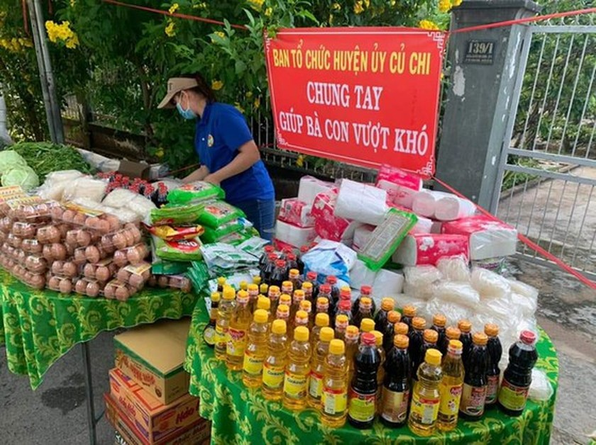 Charitable activities supporting needy people hit by pandemic held citywide ảnh 2